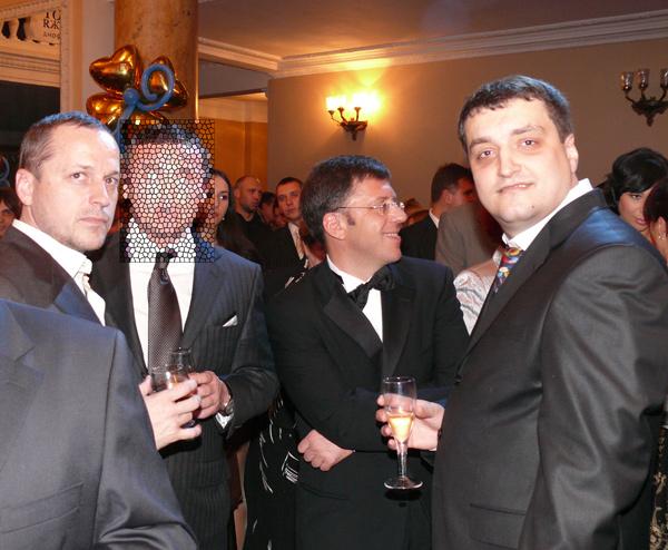 Справа налево: Максим Дрозденко, Борис Шестопалов и некий человек, который также отрицает свою связь с Максимом Дрозденко