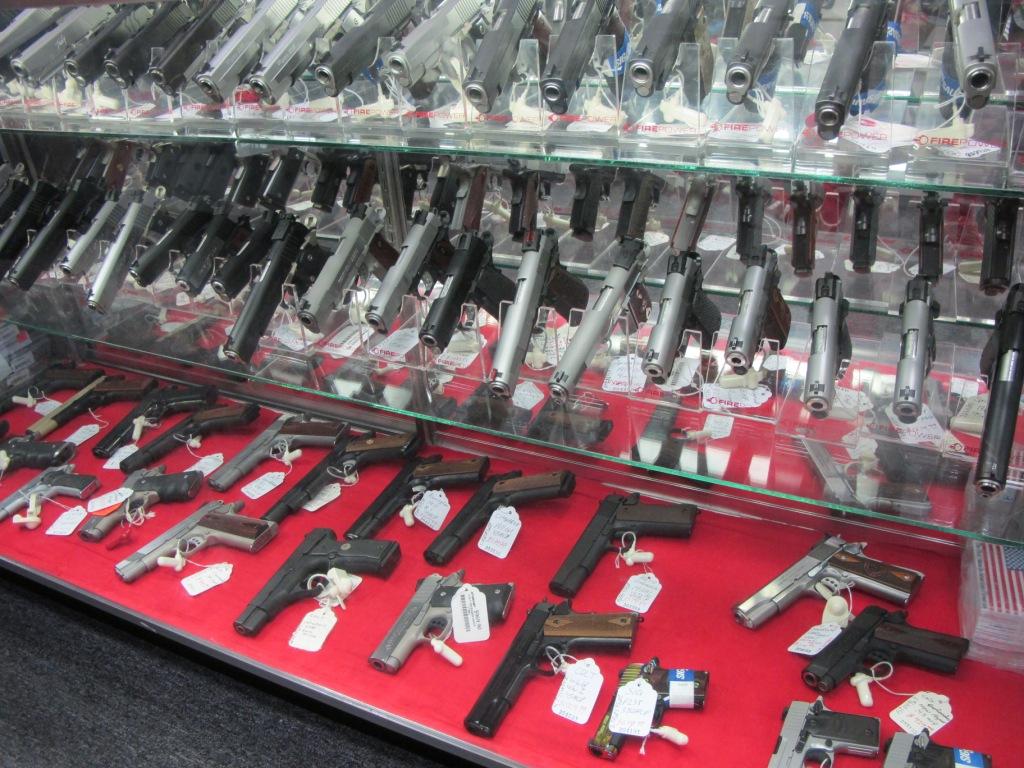 Результат массовых расстрелов в США - истерическая скупка оружия