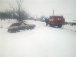 В Запорожской области высвобождали автотранспорт из заносов