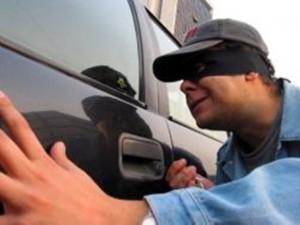 В Приазовском районе обчистили автомобиль