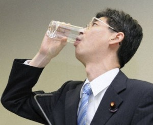 Gov't official drinks Fukushima plant water