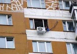В Бердянске сняли мужчину с кондиционера