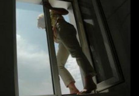 Девушке, которой не удалось стать мужчиной, бросилась с 22 этажа