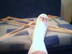 В Приморске старушке сломали ноги задом. Задом автомобиля