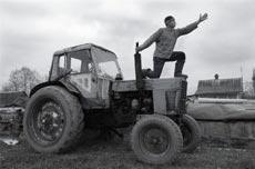В Днепропетровске толпа ловила пьяного тракториста