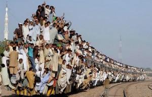 В Индии поезд врезался в толпу людей: десятки погибших