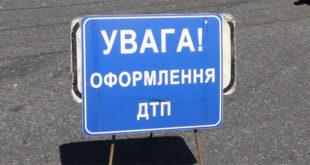 """В Запорожье """"Мазда"""" врезалась в бордюр"""