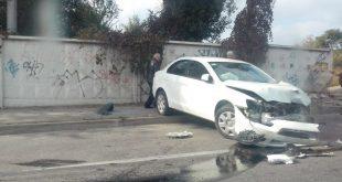 В Запорожье автомобиль врезался в бетонное заграждение