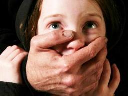 На Сумщине отец насиловал троих дочерей с ведома их матери